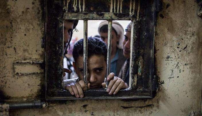 Yémen: Les forces Houthistes détiennent les prisonniers dans des quartiers généraux militaires et les forces de la coalition les bombardent