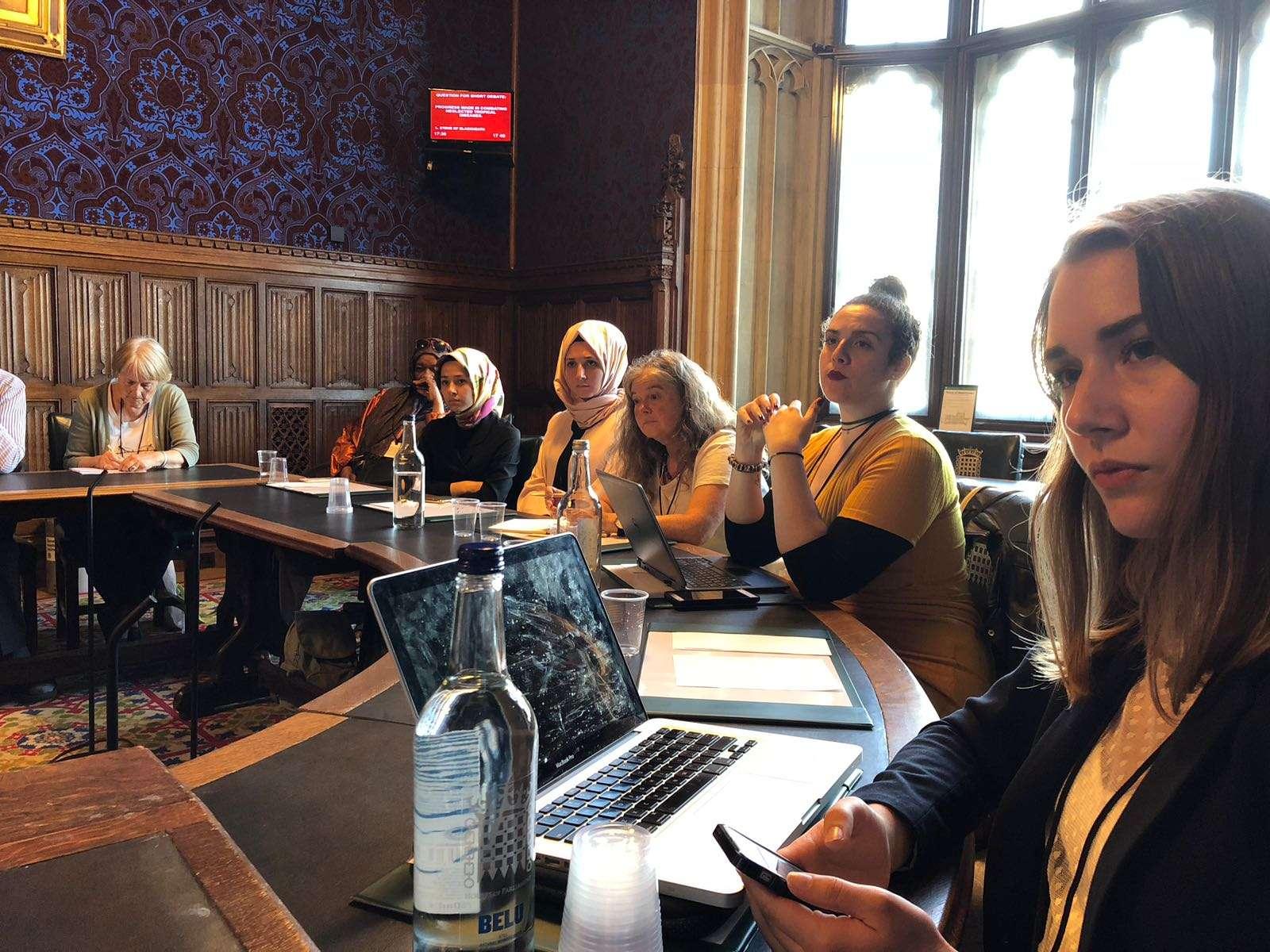 Symposium au parlement britannique: Euro-Med passe en revue la position juridique du raid britannique sur les Syriens et discute les moyens de les  protéger