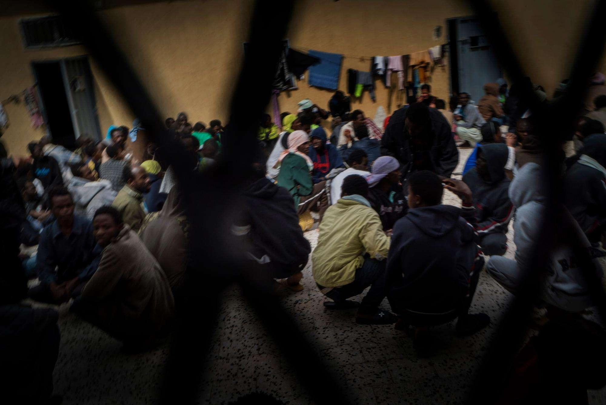 الأورومتوسطي: ظروف لا إنسانية يعاني منها اللاجئون بمراكز الإيواء المباشرة في إيرلندا