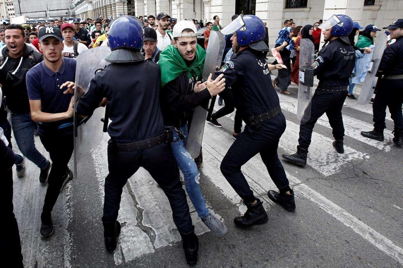 الجزائر.. الاعتداء على حراك الطلبة امتداد لسياسة التضييق على الحريات في البلاد