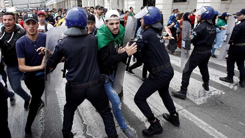 الجزائر: ممارسات النظام الأمنية لم تتغير بعد مرور عام على الحراك الشعبي