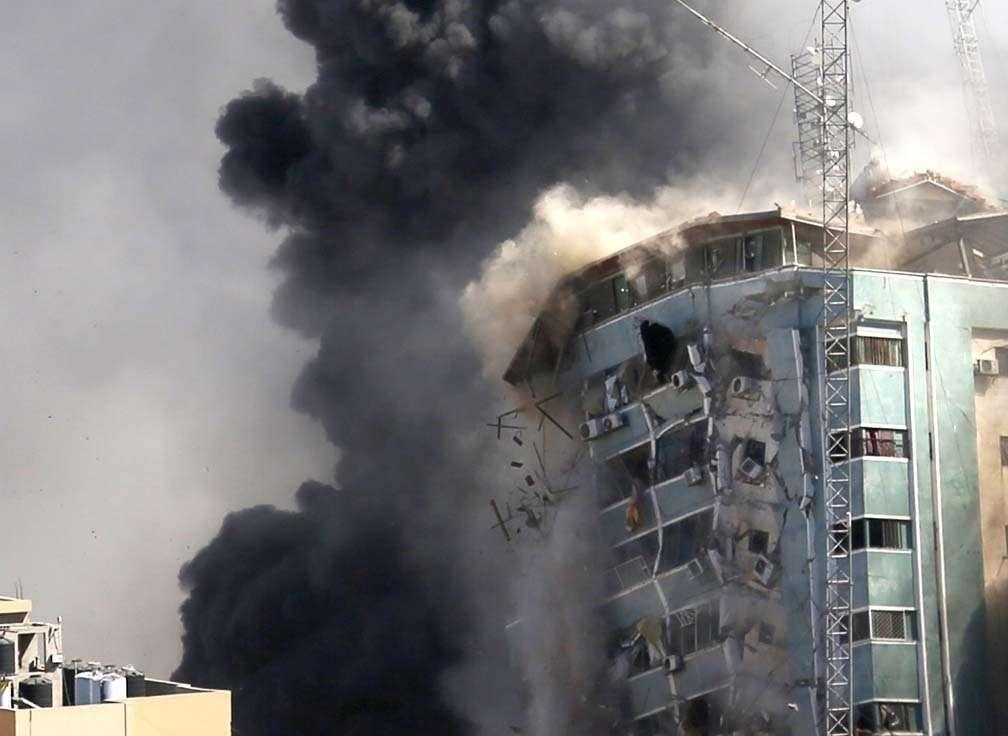 عدد كبير من سكان غزة معزولون عن العالم بفعل استهداف إسرائيل للاتصالات وشبكات الإنترنت