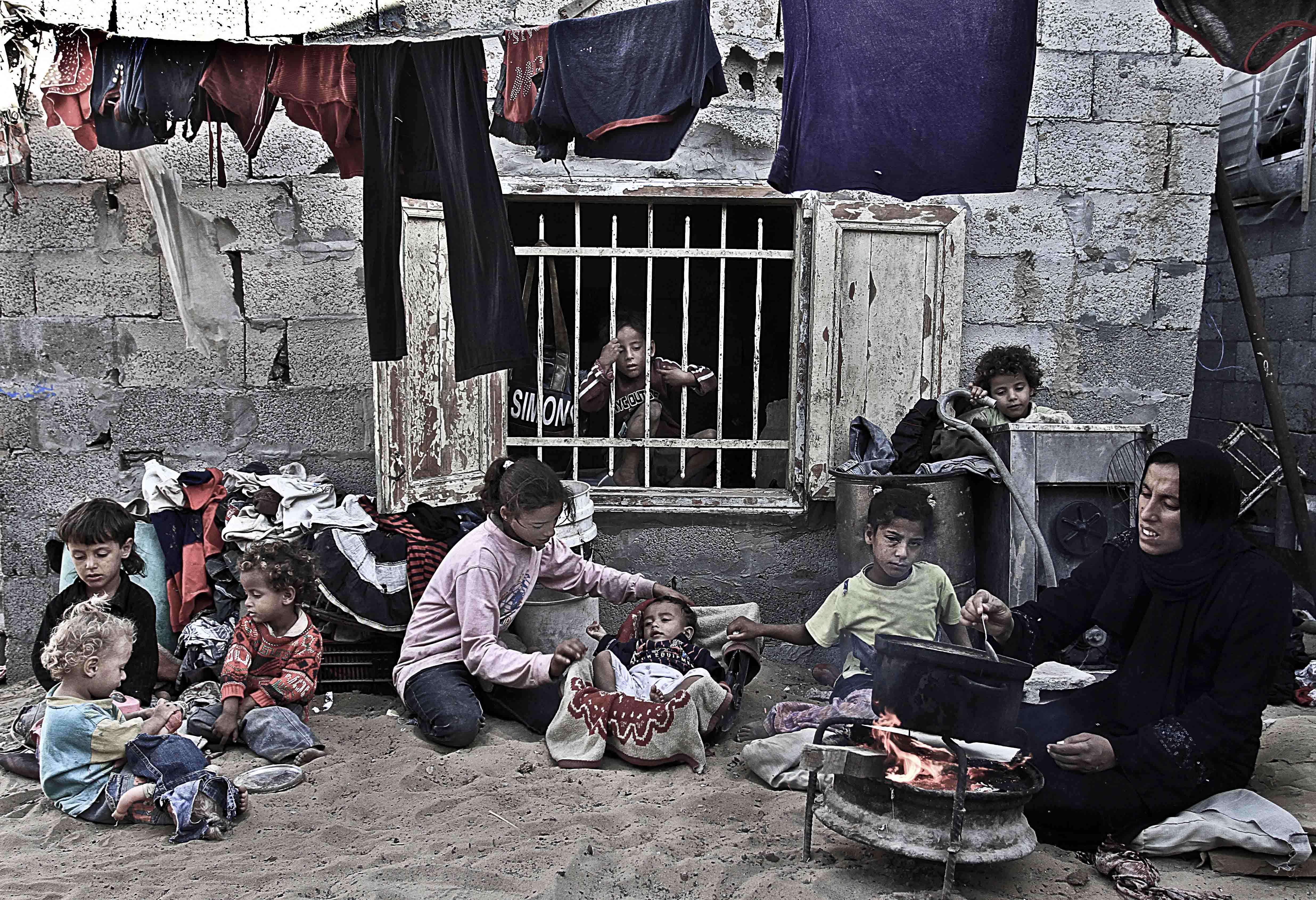 دراسة : حصار غزة يهدد كل جوانب الحياة لنساء غزة
