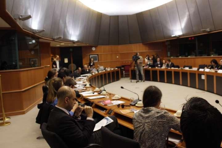 أمنستي والأورومتوسطي يناقشان وضع اللاجئين الفلسطينيين والسوريين داخل برلمان هولندا