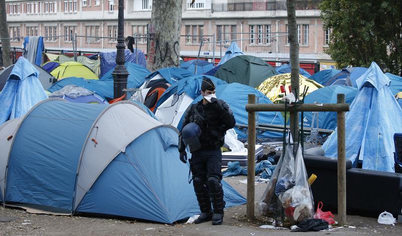 Les abus policiers contre des migrants en France doivent cesser