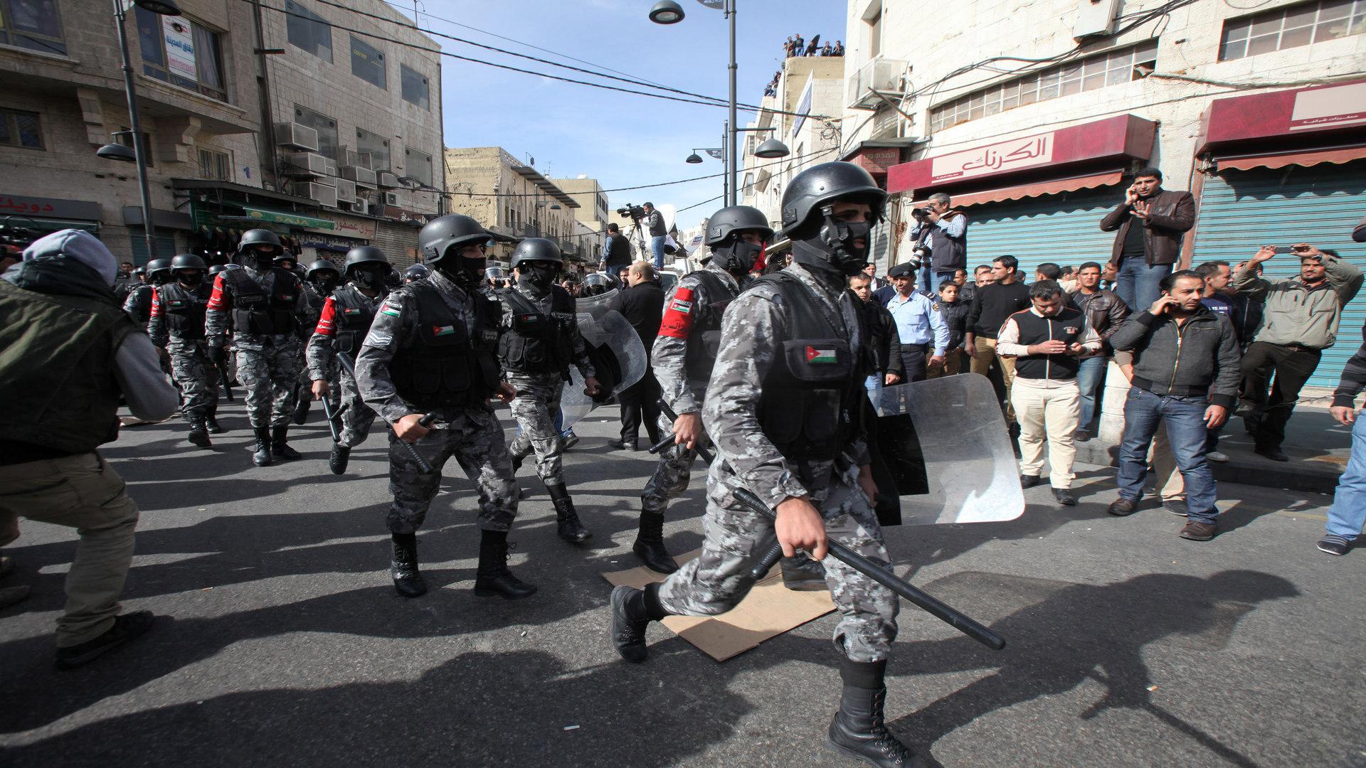 قمع الأمن الأردني مئات المعلمين انتهاك صارخ لحرية التعبير