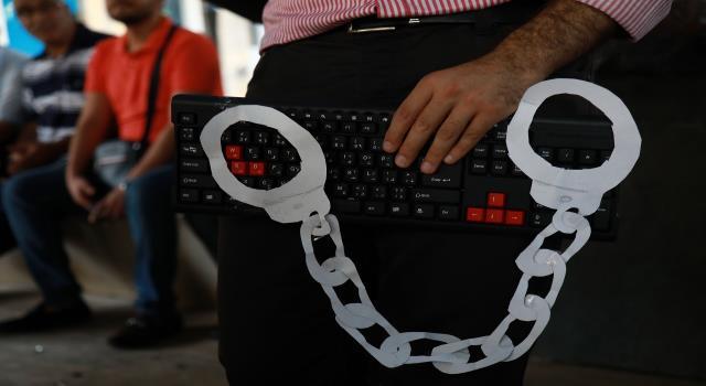 لبنان: قرار النائب العام تحديد هويات نشطاء عبر الإنترنت تصعيد في الترهيب وتكميم الأفواه