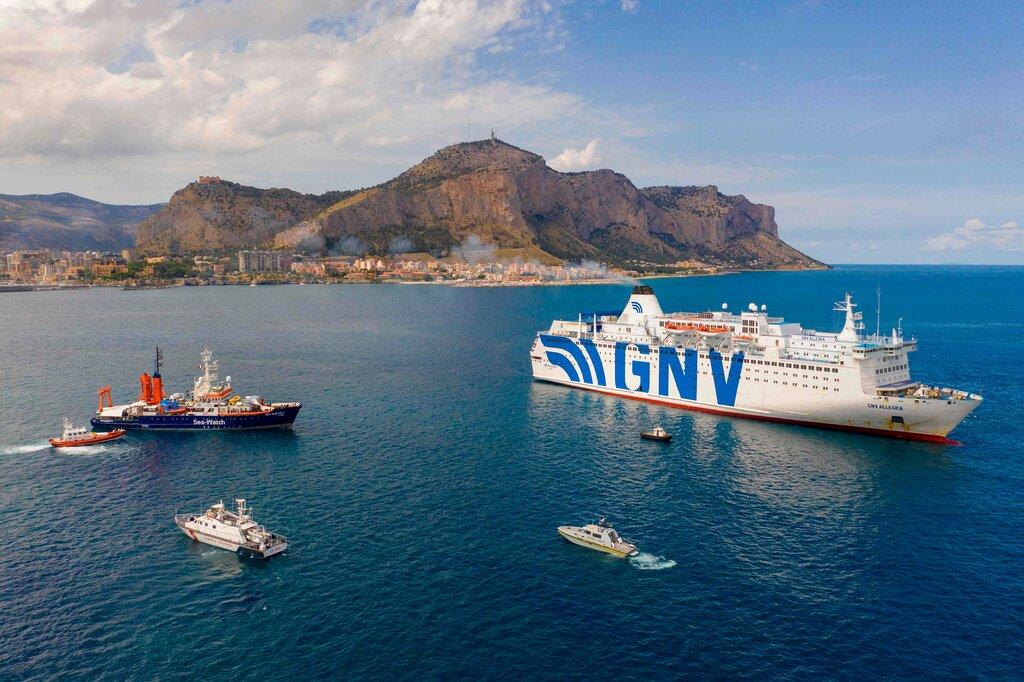 """احتجاز إيطاليا مهاجرين مصابين بكورونا على """"قوارب حجر صحي"""" إجراء تمييزي وغير قانوني"""