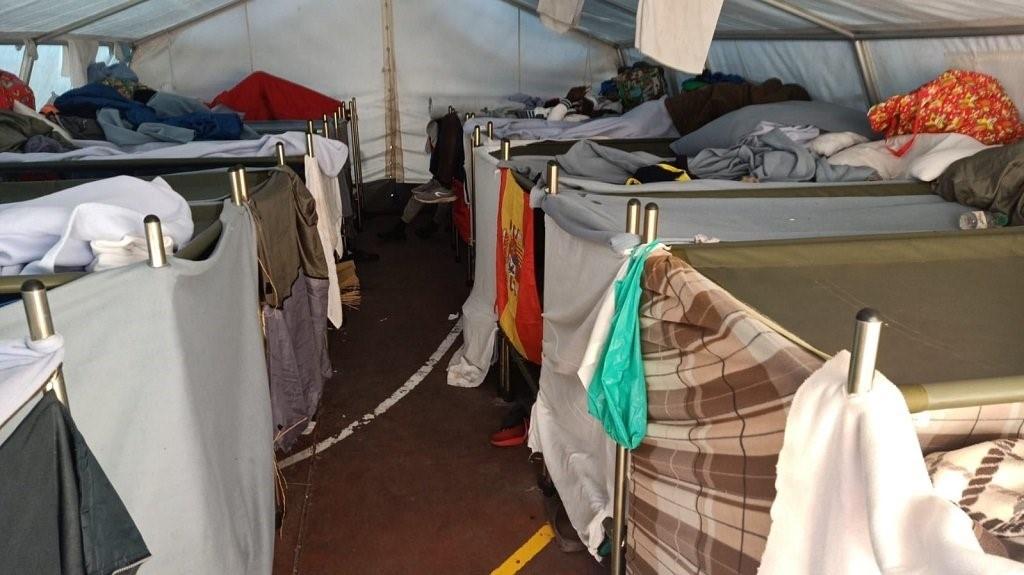 على السلطات الإسبانية إنهاء احتجاز مئات المهاجرين والاستجابة لمطالبهم المشروعة