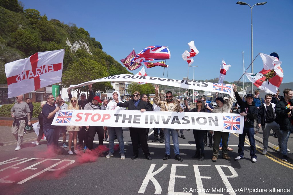 خطاب حكومة بريطانيا المعادي للمهاجرين يؤجج الهجمات العنصرية ضد طالبي اللجوء